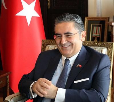 Д-р Хасан Улусой е посланик на Турция в България от 21 ноември 2017 г. Преди това (2012 – 2014) е бил посланик в Ниамей, Нигер. Роден е на 15 септември 1966 г. в Гьореле/Гиресун. Завършил е Факултета по политически науки на Истанбулския университет и е защитил докторантура в Близкоизточния технически университет. Служил е в дипломатически мисии на Турция в Нигерия, Иран и Швейцария, бил е и зам.-постоянен представител в ПП на Съвета на Европа в Страсбург. СНИМКА: Румяна Тонeва