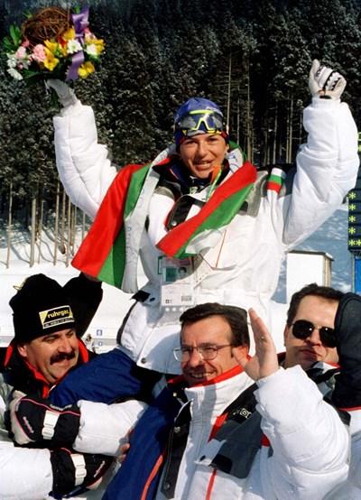 Мигът, в който първата българска шампионка от зимни олимпийски игри е понесена на ръце след триумфа в Нагано!