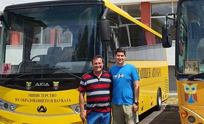 Милко Багдасаров със своя бивш възпитаник, който го е направил днес щастлив с постиженията си.