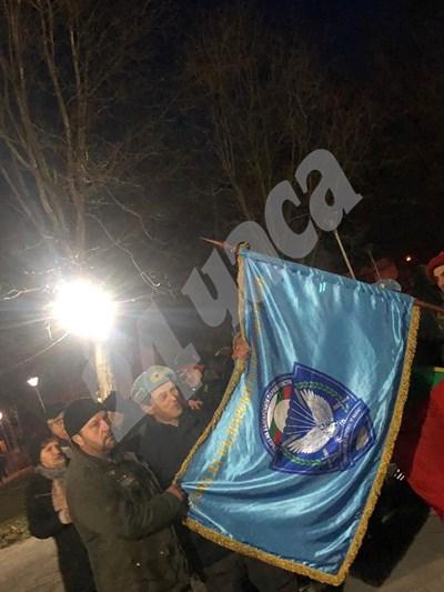 Около 500 протестират във Войводиново заради пребития командос. СНИМКИ: Калина Паскалева СНИМКА: 24 часа