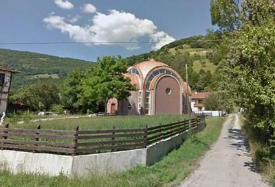 """Църквата """"Св. Пантелеймон"""" в тетевенското село Рибарица. Снимка """"Гугъл стрийт вю"""""""