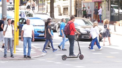 Колоездачи и собственици на тротинетки ще могат да ползват безплатно последните вагони в метрото и крайградските автобусни линии в София от 1 май. Снимка: Архив