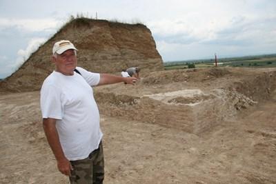 Археологът доц. Костадин Кисьов сочи към покрива на гробницата, който се показа на 5 метра от върха на могилата. Снимки:24 часа