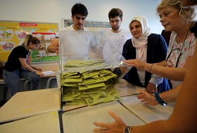 Изборна секция в Истанбул  СНИМКА: Ройтерс