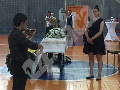 Дъщерята на Пенка Стоянова Теодора лично ръководи церемонията по поклонението. Снимки и видео: Авторът СНИМКА: 24 часа