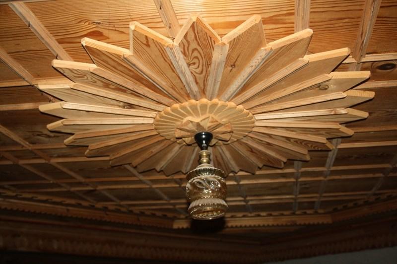 На 98 години дядото с помощта на сина си и зетя направил дървен таван с резби на цял етаж от къща в Могилица.