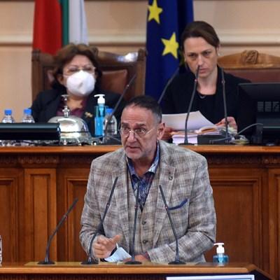 Любен Дилов напомня от трибуната за годишнината от арменския геноцид, за да не остане някой изненадан. Въпреки това председателят на парламента Ива Митева (зад него вдясно) отказа два дни по-късно минута мълчание в пленарната зала.  СНИМКА: Велислав Николов
