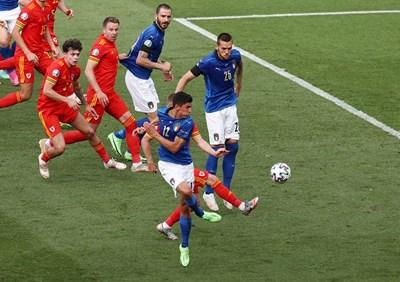 Матео Песина чуква топката към ъгъла на вратата на Уелс в Рим. СНИМКА: РОЙТЕРС