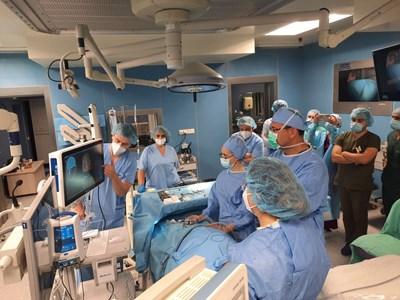 Проф. Карен Джамбазов извърши операцията с модерната апаратура.