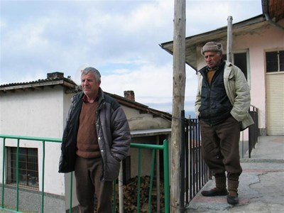 Хората от Осиково са доволни от шофьора Симеон Николов, който им вади зъбите.  СНИМКИ: АВТОРЪТ