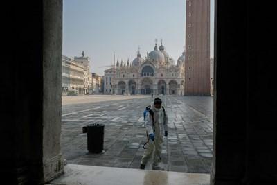 """Работник чисти площад """"Сан Марко"""" във Венеция."""