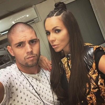"""Хунската прическа на Алисия е с плитки. Прави  я стилистът Ивайло Колев (на снимката с певицата) за участието й в """"Шоуто на Слави"""" през юли."""