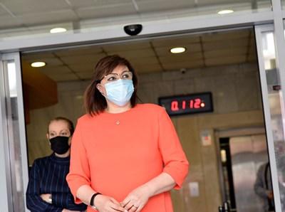 Соцлидерката Корнелия Нинова на входа на централата на БСП СНИМКА: Йордан Симеонов