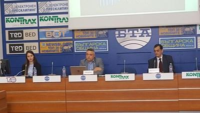 """Стоян Василев (в средата) и адвокатът Димитър Данаилов, управляващ съдружник в """"Лекс Консулт""""."""