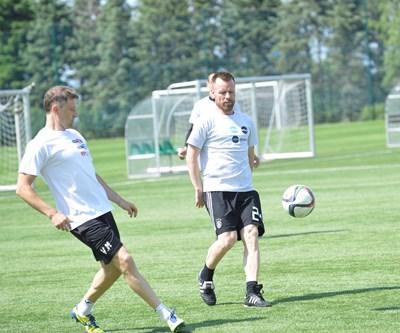 Двамата бивши национали Владо Манчев (вляво, участник на Евро 2004) и Елин Топузаков (играл в групите на Шампионската лига) подкрепиха отборите съответно на БНТ и Нова тв в мача помежду им.