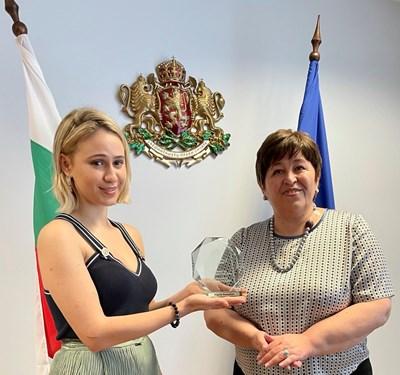 Мария Бакалова получи почетния знак от министър Стела Балтова.