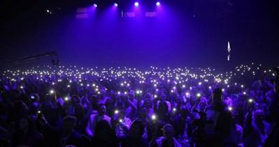 Цялата публика включи фенерчатата на телефоните си, за да обедини светлината на всички държави, от които се е събрала - традиция за фестивала.