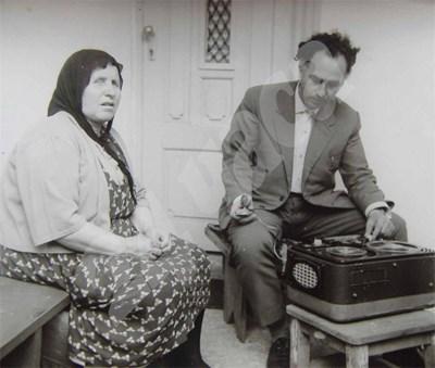 Д-р Лозанов изследва баба Ванга. СНИМКА: 24 часа