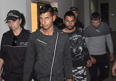 Митко Митков (най-отпред), брат му Георги (в средата) и Славчо Стефанов остават в ареста, реши съдът. СНИМКА: Делян Аврамов