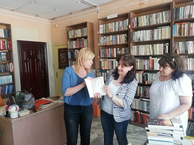 Народният представител Диана Саватева / вляво/ донесе и книги на известни български автори с с автограф.