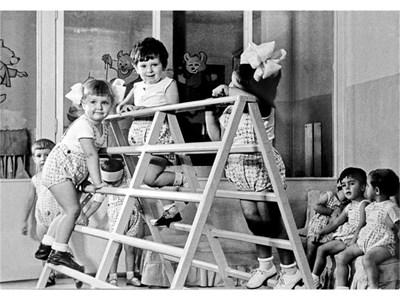 Росица Кирилова (вляво, с белите панделки) в детската градина.