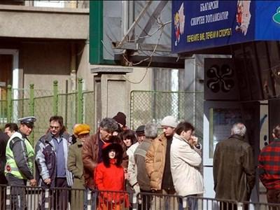 """Огромни опашки се извиха пред пунктовете в страната, след като джакпотът набъбна до повече от 3 милиона лева преди няколко седмици. СНИМКА: """"24 ЧАСА"""""""