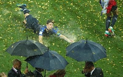 """Бенжамен Павар се плъзга по наводнения терен на """"Лужники"""" след финала на световното първенство, спечелен от французите с 4:2 срещу Хърватия. СНИМКА: РОЙТЕРС"""