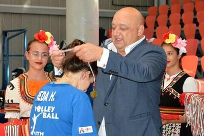 Министър Красен Кралев награди победителите в детски волейболен турнир СНИМКИ: пресцентърът на спортното министерство
