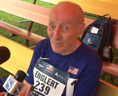 96-годишният Рой Енглерт Кадър: Youtube/ Ken Stone