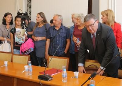 Почернени близки на жертви на жестоки престъпления присъстваха на заседанието на правната комисия след протеста си пред парламента. Главният прокурор Сотир Цацаров също дойде, за да изложи мнението на прокуратурата.  СНИМКИ: РУМЯНА ТОНЕВА
