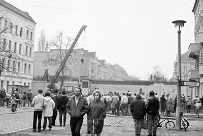 """11 ноември 1989 г.  Кран вдига караулка от  Берлинската стена на """"Шулцещрасе"""", квартал """"Панкоф"""" в Берлин.   СНИМКИ: РУМЯНА ТОНЕВА"""