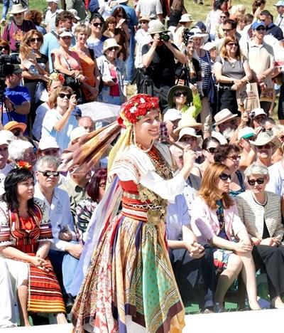 При откриването на събора групи от всички краища на България показват най-характерното за родния си фолклор.