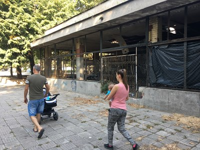 Семейство минава с отвращение покрай запуснатия ресторант, превърнат в клоака. Снимка: Авторът