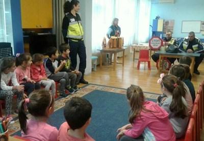 """Полицаи дадоха ценни съвети за пътна безопасност на деца от ЦДГ """"Раковина"""" в Бургас."""