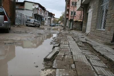 """Така изглежда половината улица """"Неофит Бозвели"""" в центъра на Пловдив. Снимки: Евгени Цветков"""