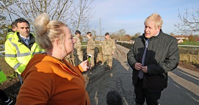 """Борис Джонсън, който е в предизборна кампания, бе посрещнат """"ледено"""" в засегнатите от наводнения райони на северна Англия. Снимки РОЙТЕРС"""