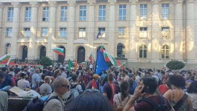 Протестът от снощи пред президентството СНИМКА: Цветелина Стефанова