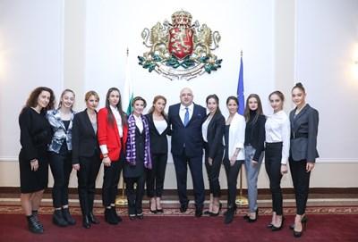 Бившият спортен министър Красен Кралев с отбора ни по художествена гимнастика, треньорите и шефката на федерацията Илиана Раева. СНИМКА: ММС