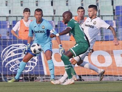 Георги Петков бди за удар на Джоди Лукоки в мача, в който стана рекордьор на българския футбол.  СНИМКИ: КЛУБЕН САЙТ