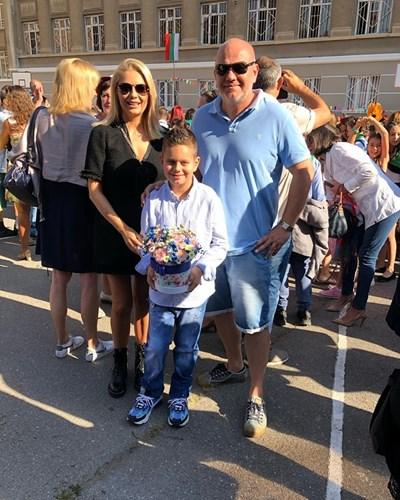 Венета Райкова изпрати сина си Патрик на първия учебен ден заедно с баща му Тишо и написа във фейсбук: На добър час!!