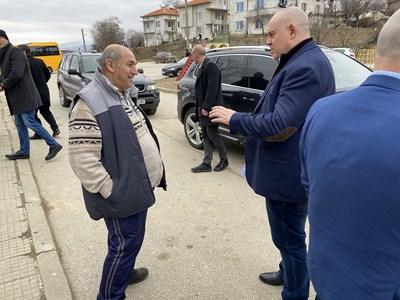 Главният прокурор  Гешев разговаря с кмета на с. Церово Лефтер Едипов.