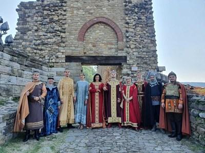 Яна Маринова и Александър Сано (в средата), облечени в царствени дрехи и обградени от боляри, на Царевец СНИМКА: ЛИЧЕН АРХИВ