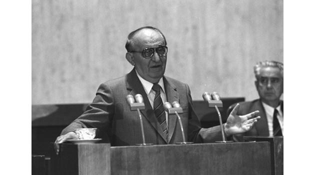 Петър Младенов и Горбачов уговарят в Москва свалянето на Живков от власт