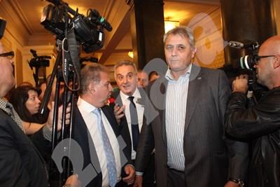 """Касабов (в средата) излезе от пленарна зала, за да говори пред журналисти и в този момент репортерка от телевизията на """"Атака"""" - Алфа го попита защо е бутал и обиждал Сидеров... Снимки РУМЯНА ТОНЕВА СНИМКА: 24 часа"""