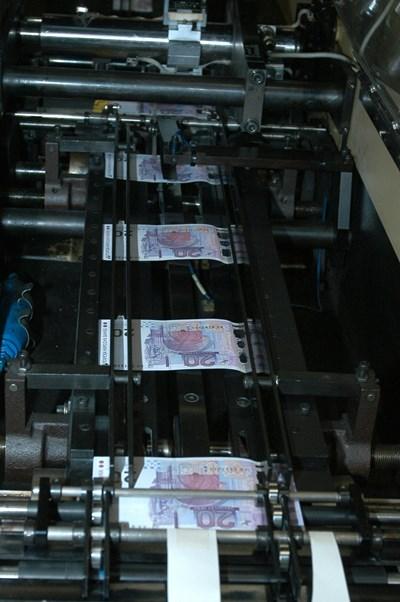 Машина в печатницата на БНБ отпечатва новите банкноти от 20 лева.  СНИМКА: Йордан Симeонов