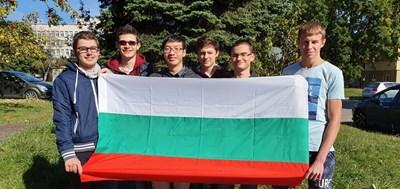 Българският отбор по математика с трикольора след завоюваните медали. СНИМКА: ФЕЙСБУК