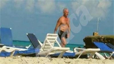"""Лидерът на """"Атака"""" Волен Сидеров се разхожда по плажа на Варадеро. СНИМКА: 24 часа"""
