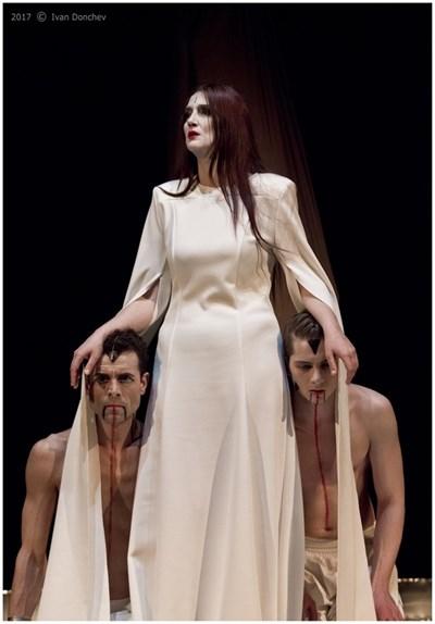 """Диана Добрева в """"Саломе"""" в Театъра на Армията. Режисьорката е и в главната роля - жалко, че """"армейците"""" не дават аскеери за постановки на своя сцена.. Време е да сменят правилата."""