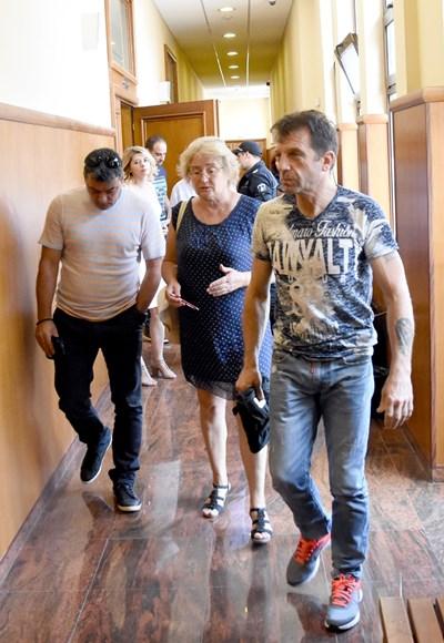 Анатоли Тонов (вляво) и Красимир Мечев (вдясно) разговарят с адвокат Диана Ангелова в спецсъда. СНИМКА: Булфото