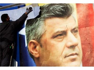 Свалят предизборен плакат в Прищина с лика на премиера Хашим Тачи след парламентарните избори в Косово, състояли с в неделя. Неговата Демократическа партия спечели най-много гласове.  СНИМКИ: РОЙТЕРС